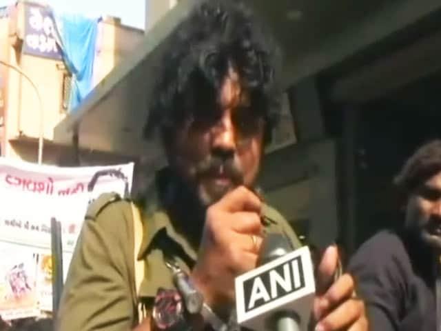 Video : सूरत में 'गब्बर सिंह टैक्स' के विरोध में कांग्रेस ने निकाली रैली, दिखे शोले फिल्म के सभी किरदार