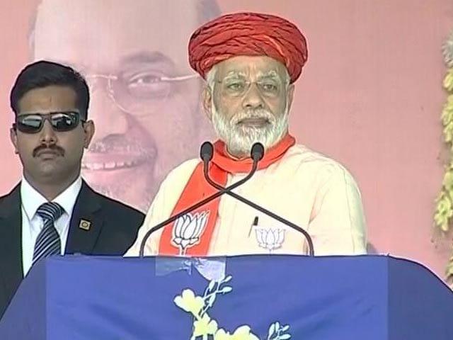 Videos : अजान के वक्त PM मोदी ने रोका अपना भाषण, फिर मंदिर पहुंचे राहुल