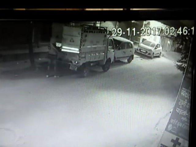 Videos : दिल्ली: एटीएम मशीन को उखाड़ ले गए बेखौफ लुटेरे