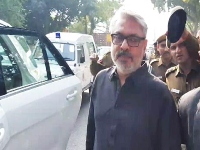 Videos : MoJo: 'पद्मावती' विवाद को लेकर संसदीय पैनल के सामने पेश हुए संजय लीला भंसाली