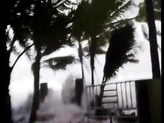Video : लक्षद्वीप से आगे निकला तूफान 'ओखी'