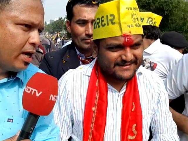 Videos : सूरत में विजय रूपाणी और हार्दिक की रैली