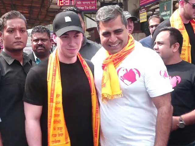 Watch! DJ Hardwell Visits Siddhivinayak Temple