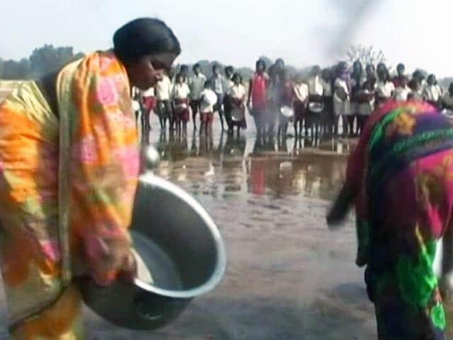 Videos : मिड डे मील के बाद नदी का पानी पीते हैं छात्र