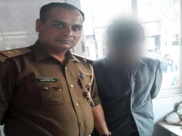 Video : मां-बहन की हत्या के आरोपी बेटे को पुलिस ने हिरासत में लिया