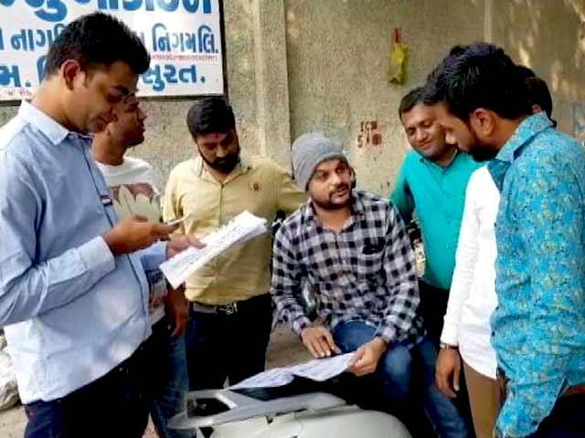 Videos : गुजरात चुनाव : कुछ जगहों पर EVM में खराबी