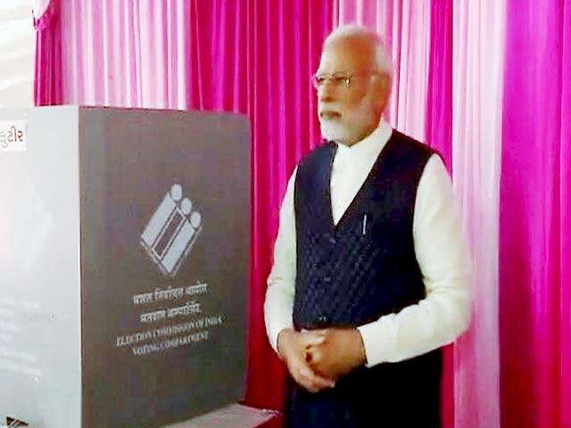 Videos : गुजरात चुनाव:  पीएम मोदी ने लाइन में लगकर डाला वोट