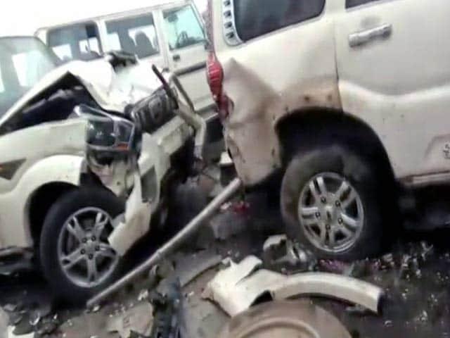 Video : लखनऊ-आगरा एक्सप्रेस पर आपस में टकराईं कई गाड़ियां