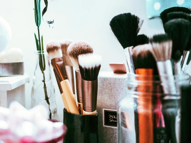 Video : Beauty Tips: How The Pros Clean Their Make-Up Brushes