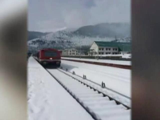 Video : Kashmir Train Ploughing Through Snow Is A Feast For The Eyes