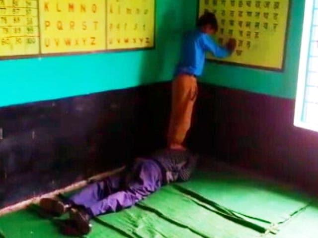 Videos : मध्यप्रदेश में शिक्षा की बदहाली की तस्वीर, क्लास में छात्र से मालिश कराता शिक्षक