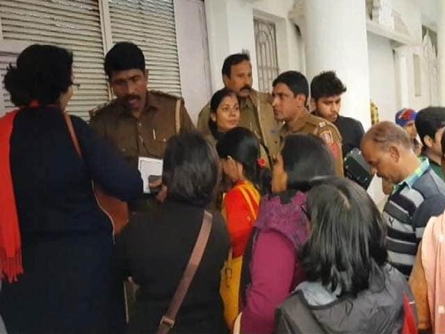 Video : MoJo: दिल्ली के आध्यामिक विश्वविद्यालय आश्रम के संचालक को पेश होने के निर्देश