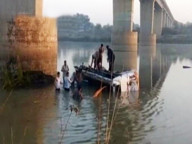 Video : राजस्थान : नदी में गिरी बस, 26 की मौत