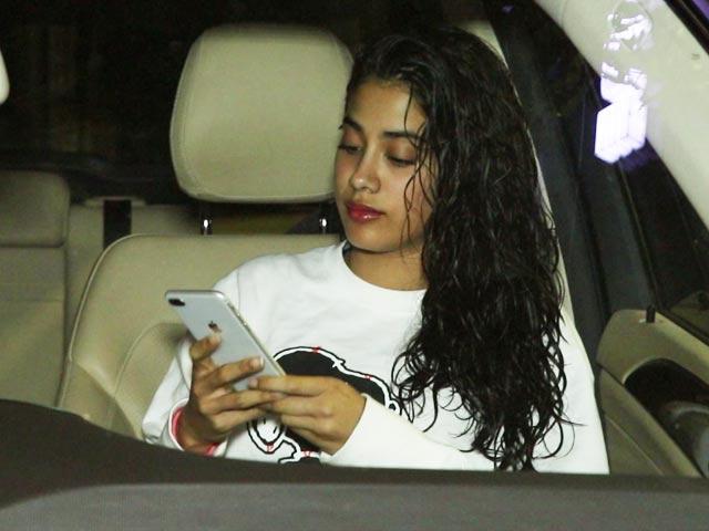 Video : Janhvi Kapoor Spotted Outside A Salon
