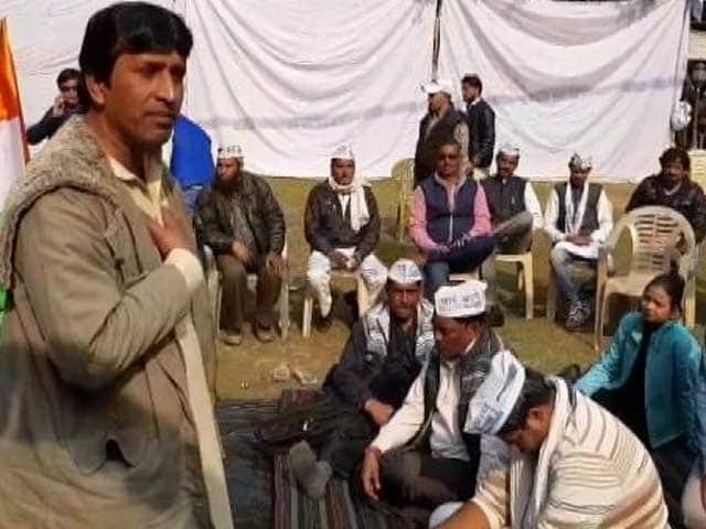Videos : आप में घमासान : कुमार विश्वास के समर्थकों को पार्टी दफ़्तर से निकलने को कहा गया