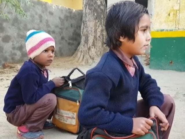 Video : यूपी के स्कूली बच्चों को कब मिलेंगे स्वेटर? योगी सरकार ने किया था वादा