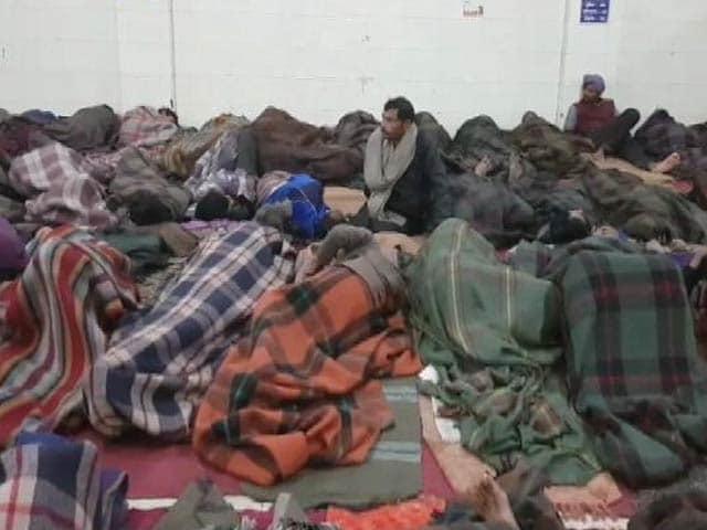 Video : दिल्ली : कड़ाके की ठंड में खुले आसमान के नीचे सोने को मजबूर लोग