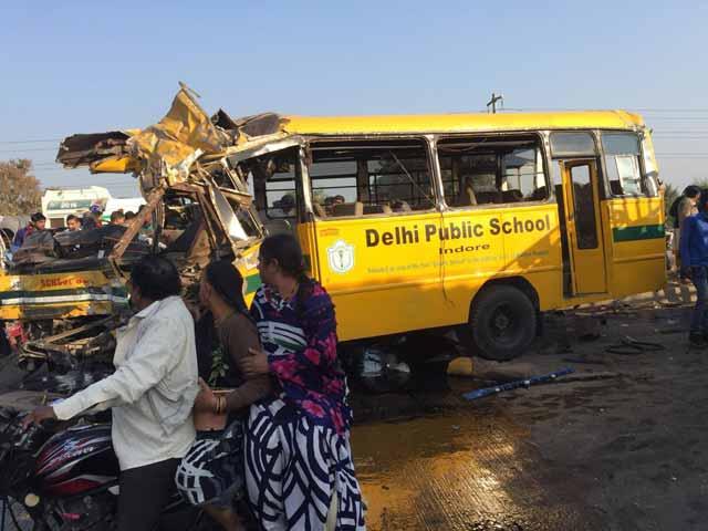 Video : इंदौर में DPS की स्कूल बस और ट्रक की भीषण टक्कर, 6 की मौत