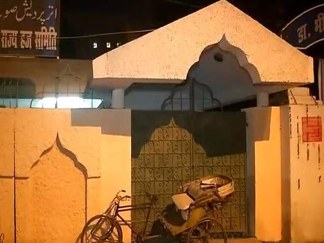 Video : यूपी में हज हाउस की चाहरदीवारी की अब हल्के पीले रंग से की गई पुताई