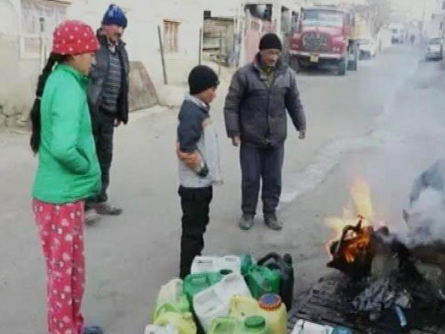 Video : उत्तर भारत में कड़ाके की ठंड, लद्दाख में भारी बर्फ़बारी