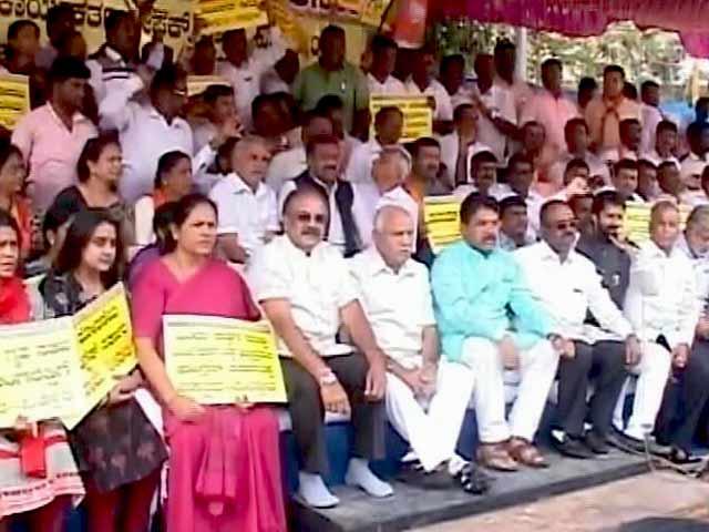 Videos : कर्नाटक में नेताओं ने कसी कमर, बीजेपी-कांग्रेस दोनों सक्रिय