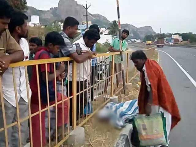 Video : Man Dies On Bus, Driver Offloads His Body, Friend On Highway In Tamil Nadu