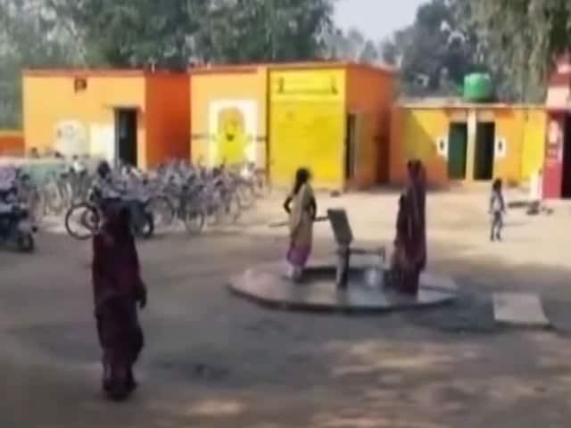 Videos : योगी राज में अब शौचालय भी भगवा!