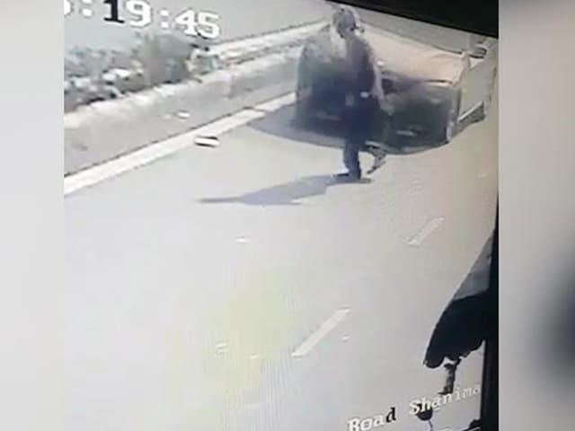 Videos : दिल्ली में फिर बीएमडब्ल्यू हिट एंड रन का मामला, छात्र ने 50 साल के शख्स को उड़ाया