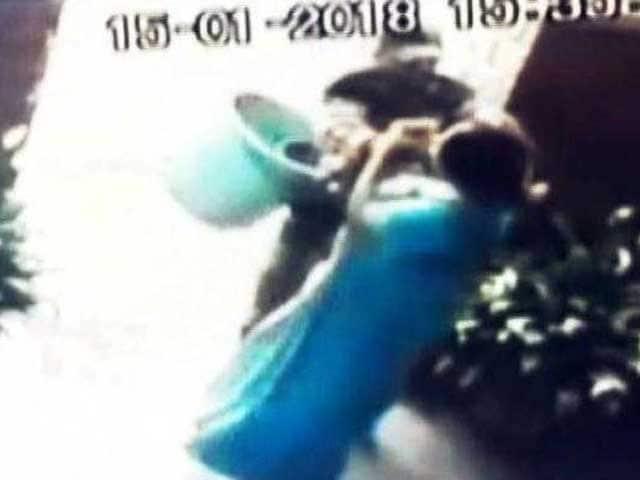 Videos : बेंगलुरु में चेन लुटेरे से भिड़ी महिला, वीडियो वायरल