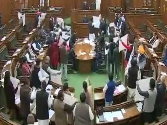 Video : शीत सत्र के पहले दिन दिल्ली विधानसभा में हंगामा