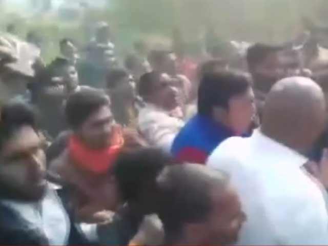 Video : अमेठी में राहुल गांधी का रोड शो, फ़रियादियों की भीड़ उमड़ी