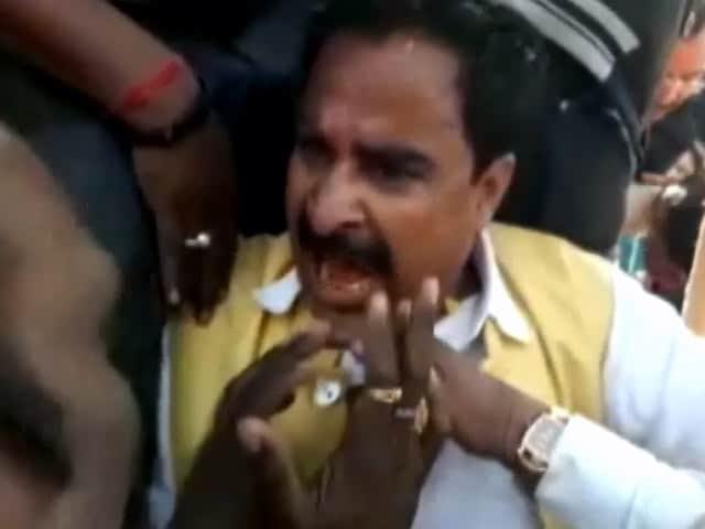 Video : मध्य प्रदेश : आगर-मालवा में विधायक, सांसद और समर्थकों में जमकर मारपीट
