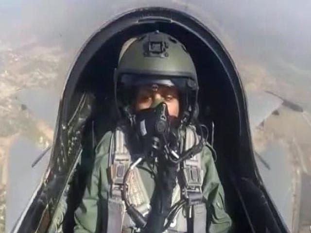 Video : सिटी सेंटर: रक्षा मंत्री ने सुखोई 30 में भरी उड़ान