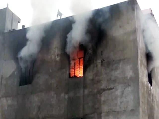 Videos : दिल्ली:  प्लास्टिक फैक्ट्री में भीषण आग, 17 लोगों की मौत
