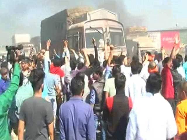 Video : Karni Sena Blocks Highway In Protest Against <i>Padmaavat</i>