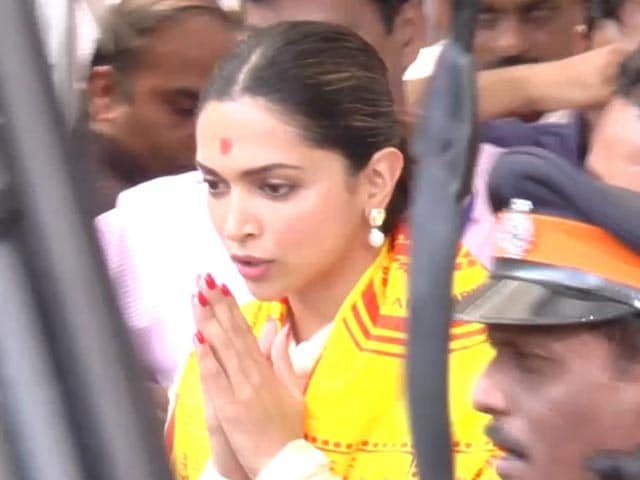 Video : Deepika Padukone Visits Siddhivinayak Temple Before <i>Padmaavat</i>'s Release