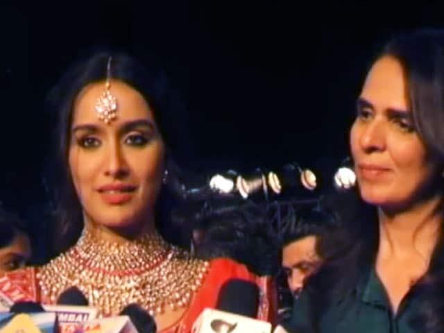 Videos : 'वेडिंग जंक्शन' शो में रैंप पर उतरीं श्रद्धा कपूर और दिशा पाटनी