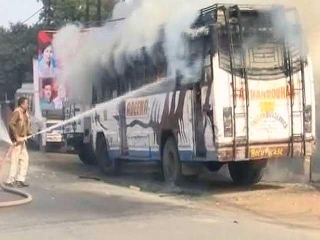 Videos : यूपी के कासगंज में फिर भड़की हिंसा, उपद्रवियों ने दो दुकानों में लगाई आग