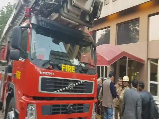 Video : कनॉट प्लेस: बिल्डिंग के 11वीं मंजिल पर लगी आग पर काबू पाया गया