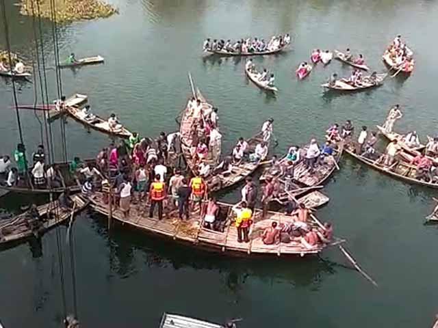 Video : Bengal Bus Slams Through Bridge Into Canal, Police Tear-Gases Mob