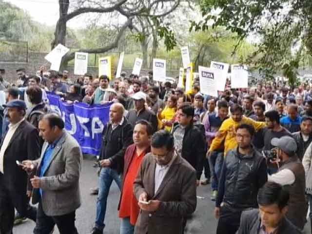 Videos : एडहॉक टीचर्स ने नियमित करने की मांग को लेकर निकाला मार्च