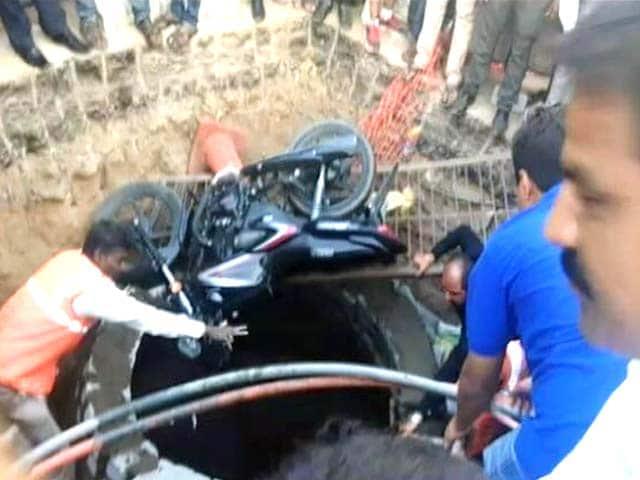Video : Watch: Biker In Hyderabad Saved After Falling In A 20-Feet Deep Manhole
