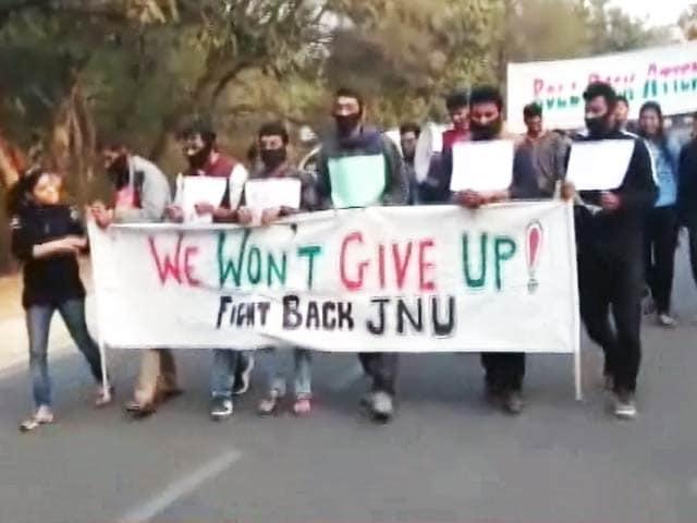 Videos : छात्रों को महंगे पड़े पकौड़े, लगा 20 हजार का जुर्माना