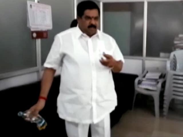 Videos : कांग्रेस के पूर्व ब्लॉक प्रमुख ने नगर निगम दफ्तर में छिड़का पेट्रोल, दी जलाने की धमकी