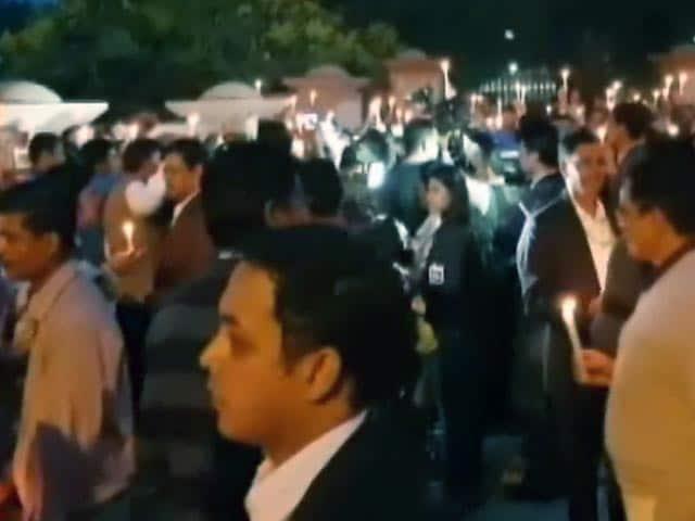 Video : इंडिया 7 बजे : राजघाट पर आईएस अधिकारियों का कैंडल मार्च