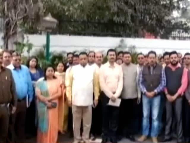 Videos : दिल्ली के मुख्य सचिव से बदसलूकी के खिलाफ मौन प्रदर्शन