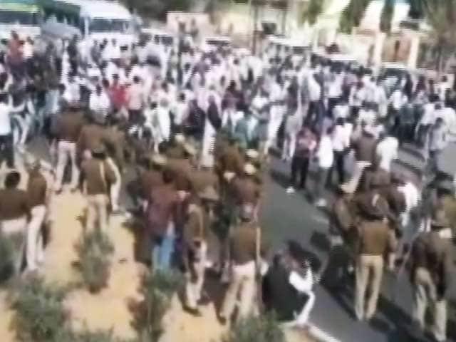 Video : किसानों ने जाम किया जयपुर हाइवे, मांगों को लेकर प्रदर्शन का एलान