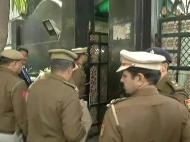 Videos : मुख्य सचिव के साथ मारपीट : पुलिस पहुंची CM केजरीवाल के आवास