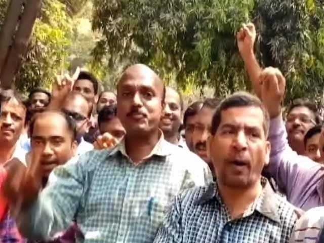 Videos : मुंबई : बेरोज़गार होने पर गीतांजलि के कर्मचारियों का प्रदर्शन