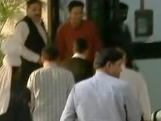 Video : इंडिया 8 बजे : सीएम केजरीवाल ने एलजी से की अफसरों की शिकायत
